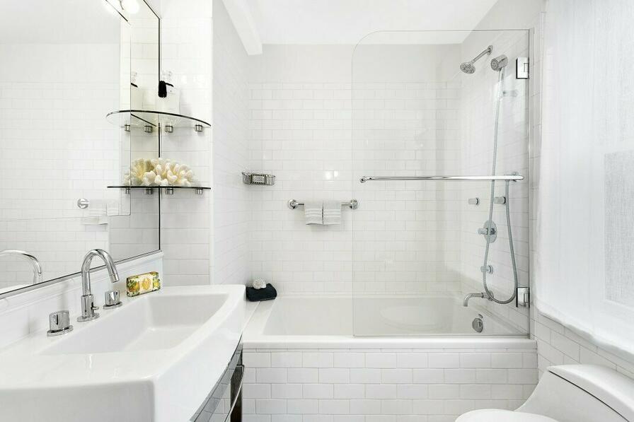 Presklenie dodá kúpeľni šmrnc a spĺňa aj praktické využitie.