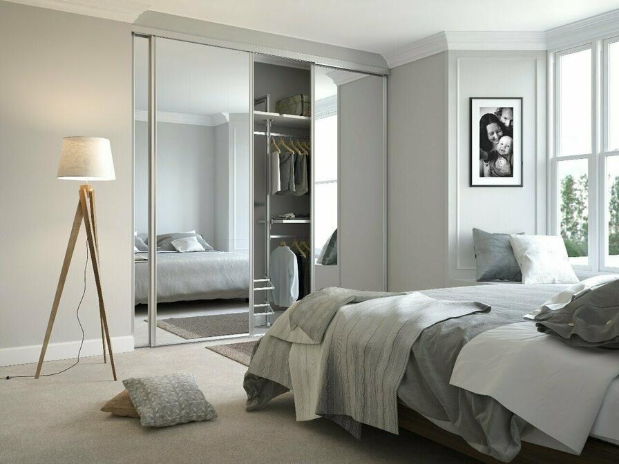 Vhodnou voľbou pri výbere skrine je tzv. vstavaná skriňa so zrkadlom na prednej strane, ktoré dokáže taktiež opticky zväčšiť spálňu.